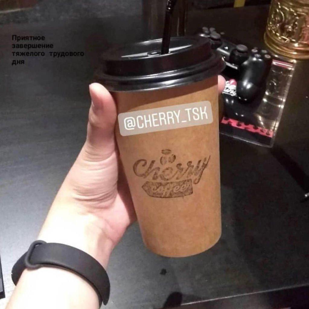 штамп на ручной оснастке с логотипом компании для брендирования кофейных стаканчиков